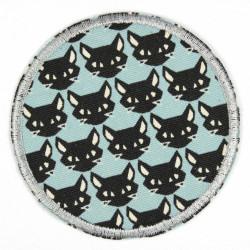 schwarze Kätzchen auf hellblau