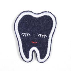 Zahn blau Augen zu