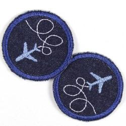 Flickli rund Flugzeug auf blau