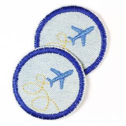 Flickli rund Flugzeug auf hellblau