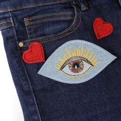 Application eye brown for an individual design, combined with glittering hearts